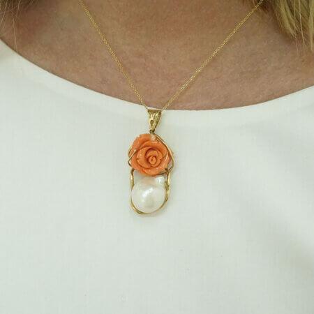 Γυναικείο Χρυσό Μενταγιόν 18 Καράτια Τριαντάφυλλο Κοράλλι Λευκό Μαργαριτάρι