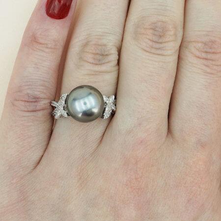 Δαχτυλίδι Γυναικείο Λευκόχρυσο 18 Καράτια Μαύρο Μαργαριτάρι Διαμάντια Μπριγιάν