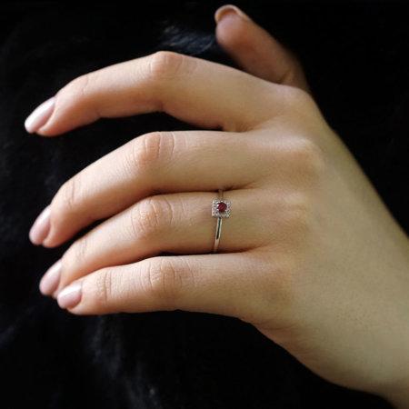 Ροζέτα Δαχτυλίδι Με Κόκκινη Πέτρα Και Λευκά Ζιργκόν Λευκόχρυσο 14 Καράτια