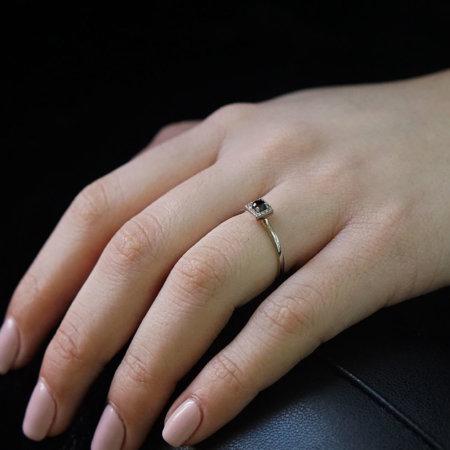 Ροζέτα Δαχτυλίδι Με Μαύρη Πέτρα Και Λευκά Ζιργκόν Λευκόχρυσο 14 Καρατίων